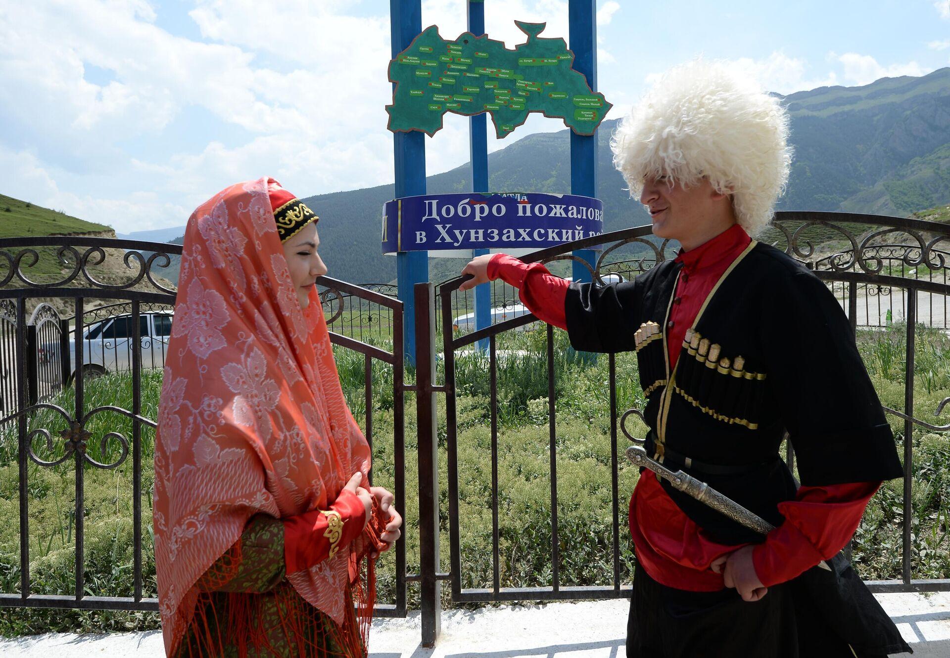 Местные жители встречают гостей при въезде в Хунзахский район Дагестана - РИА Новости, 1920, 18.01.2021