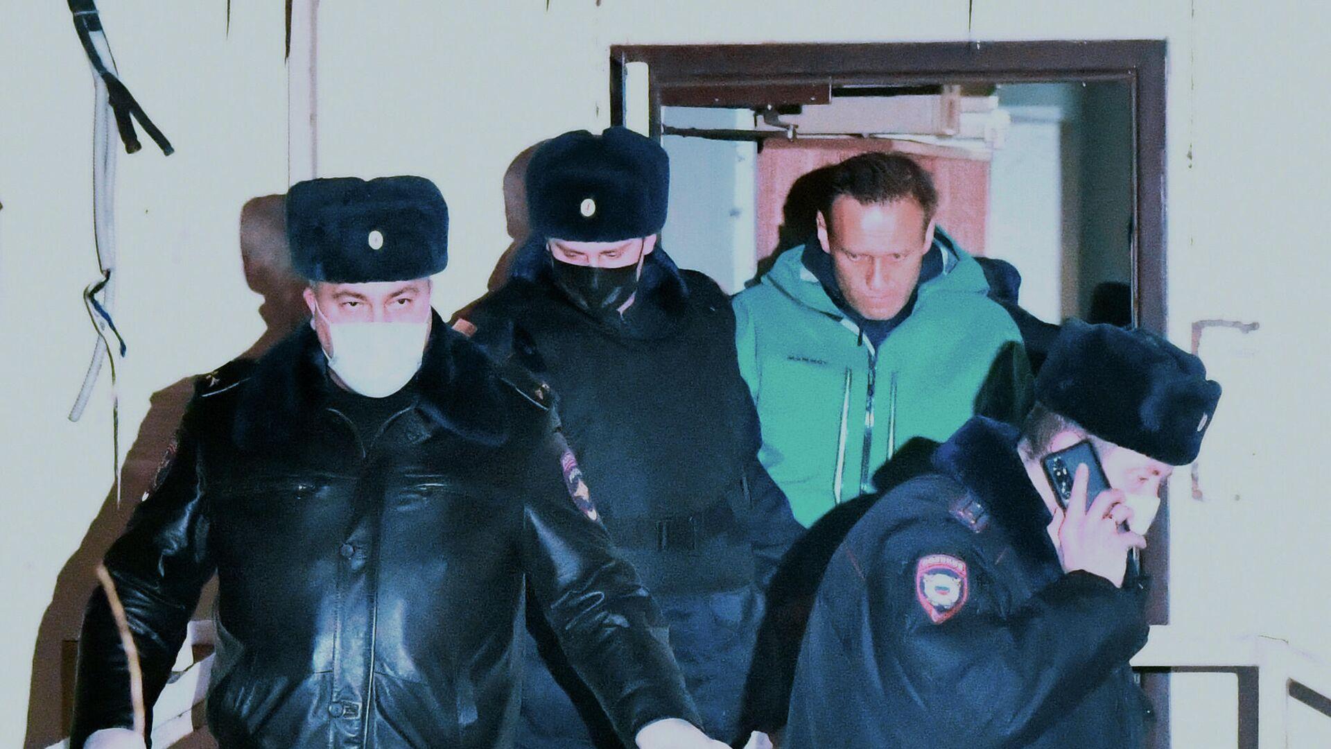 Сотрудники полиции выводят Алексея Навального из здания 2-го отдела полиции Управления МВД России по г. о. Химки - РИА Новости, 1920, 22.01.2021