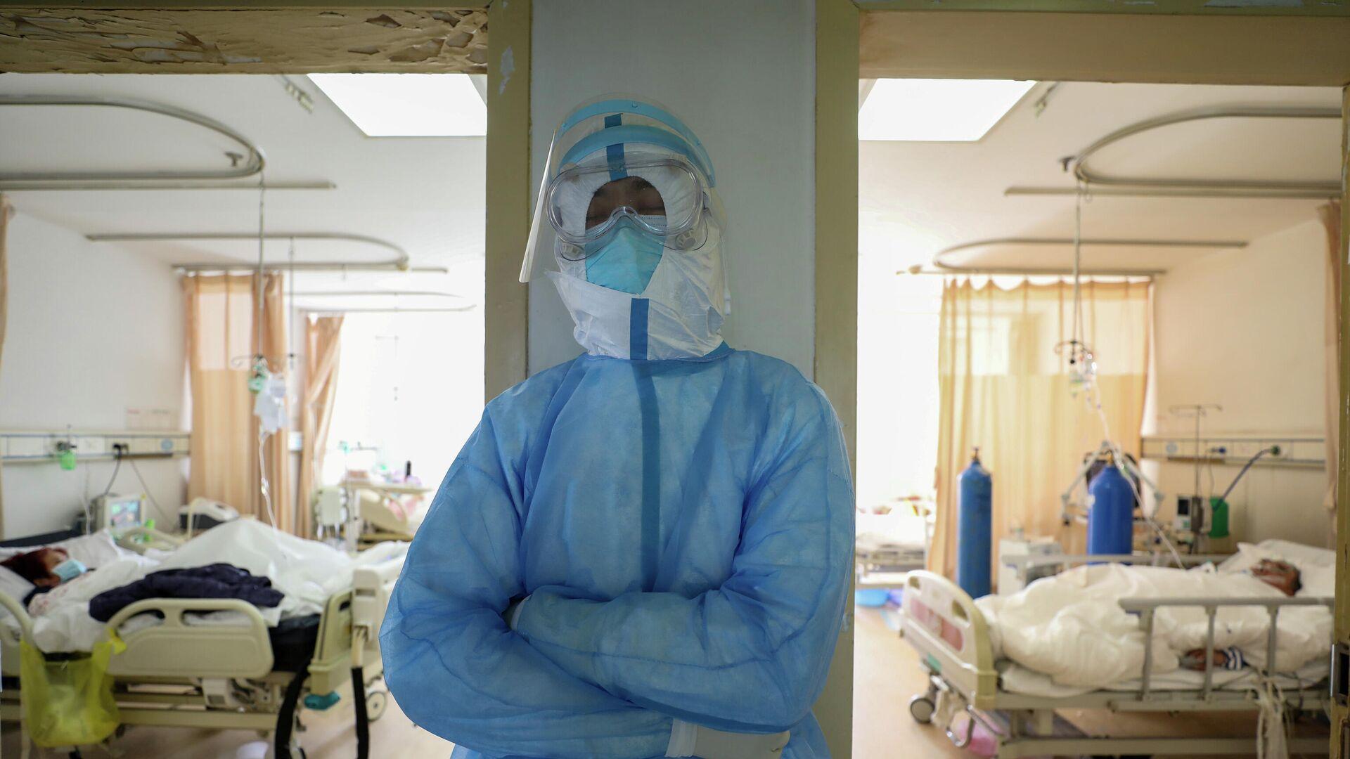 Медицинский работник в защитном костюме в больнице Уханя, Китай - РИА Новости, 1920, 20.01.2021