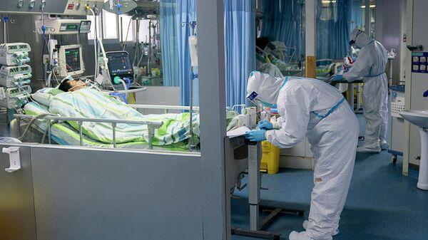 Медицинские работники и пациенты в палате интенсивной терапии в больнице города Ухань, КНР