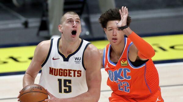 Игрок Денвер Наггетс Никола Йокич (слева) и игрок Оклахома-Сити Тандер Исаии Роби в матче регулярного чемпионата НБА
