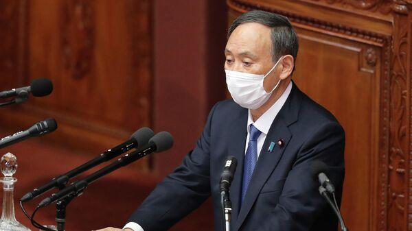 Премьер-министр Японии Ёсихидэ Суга выступает во время заседания парламента в Токио, Япония