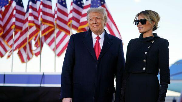 Президент США Дональд Трамп и первая леди Мелания Трамп во время выступления на базе Эндрюс, штат Мэриленд