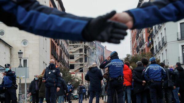 Пожарные и представители СМИ на месте взрыва здания в Мадриде