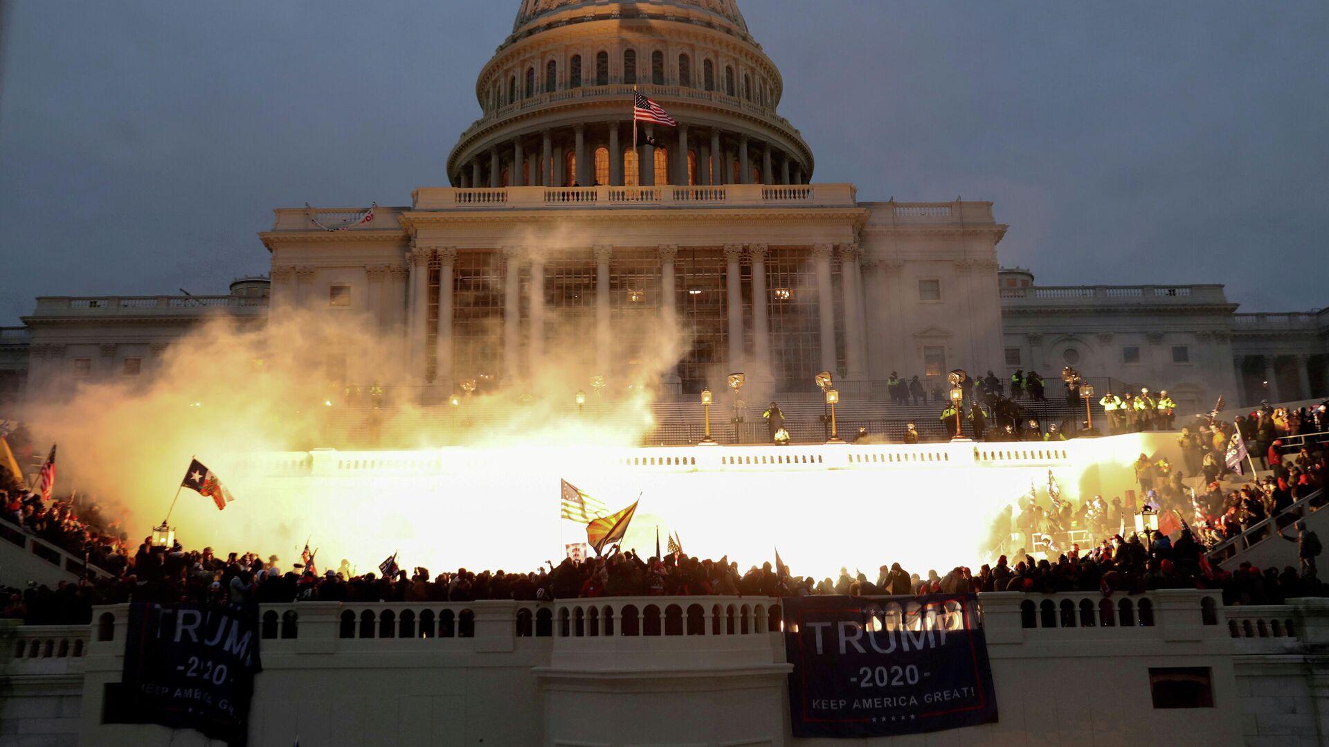 Акция протеста сторонников Дональда Трампа в Вашингтоне - РИА Новости, 1920, 16.02.2021