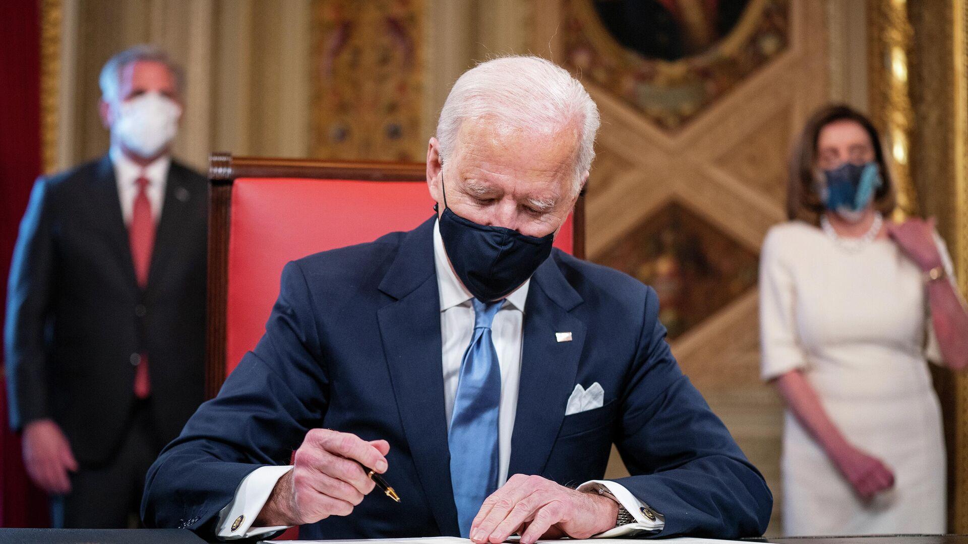 Президент США Джо Байден подписывает документы в Президентской комнате Капитолия США после церемонии инаугурации - РИА Новости, 1920, 22.01.2021