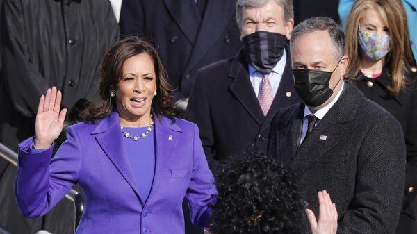 Избранный вице-президент США Камала Харрис с супругом Дугласом Эмхоффом во время присяги