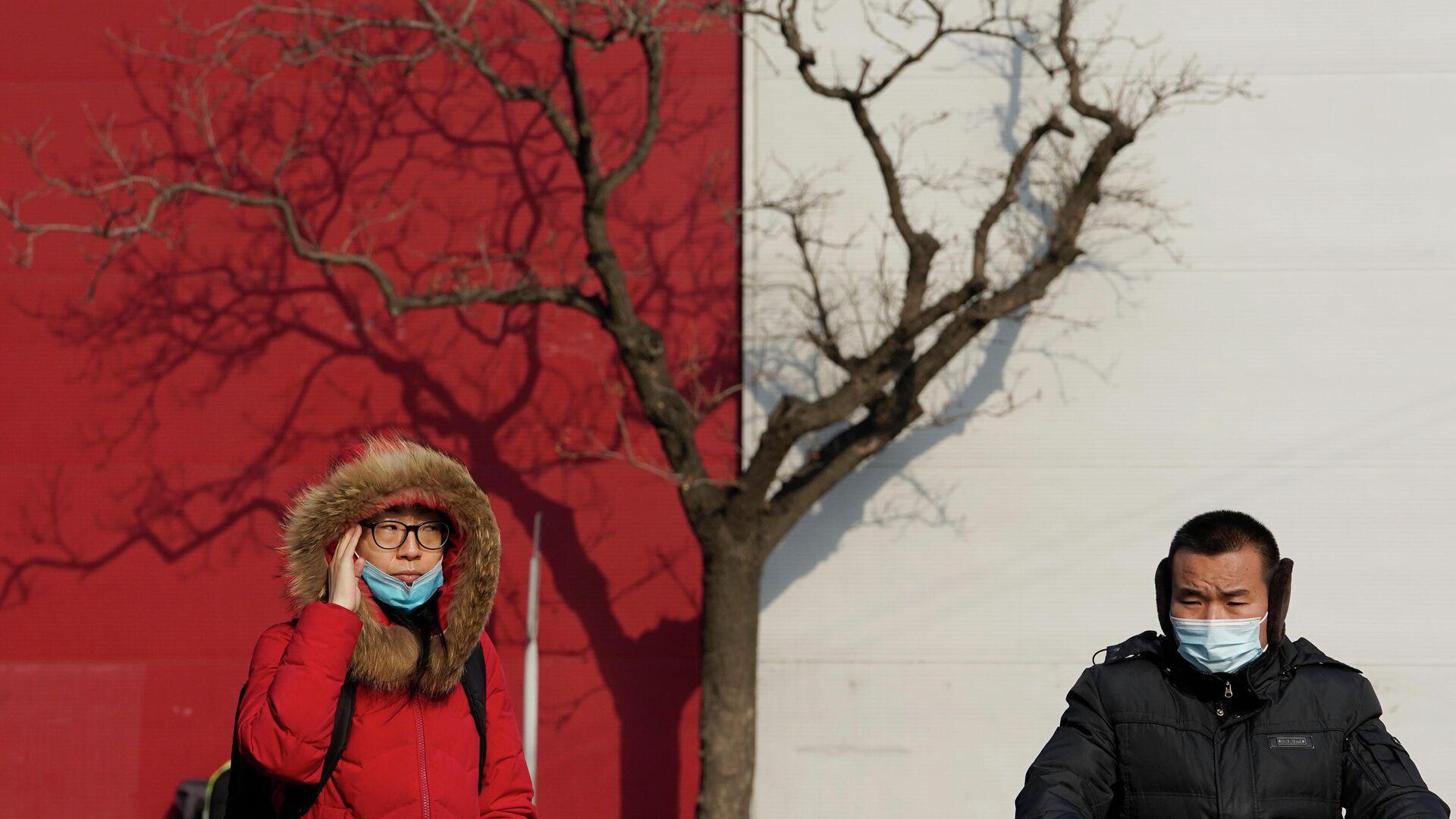 Люди в защитных масках на улице Пекина - РИА Новости, 1920, 28.01.2021