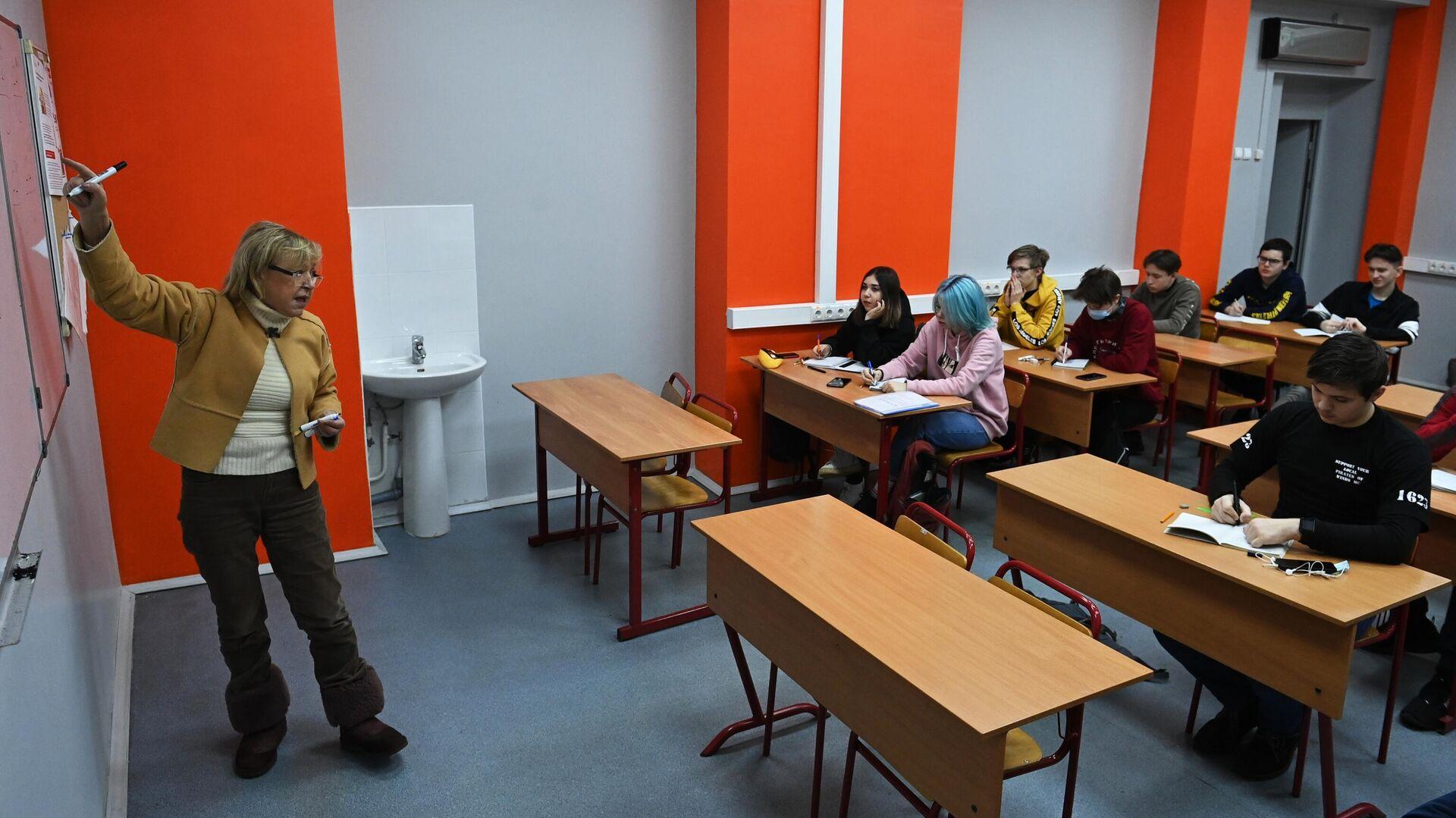 Учебное занятие в колледже предпринимательства №11 в Москве - РИА Новости, 1920, 22.07.2021