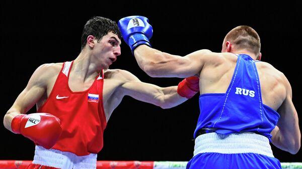 Слева направо: Джамбулат Бижамов (Дагестан) и Андрей Ковальчук (ХМАО-Югра) в финальном поединке в весовой категории до 75 кг на чемпионате России по боксу среди мужчин в Оренбурге.