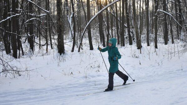 Девушка на лыжах в Измайловском парке в Москве.