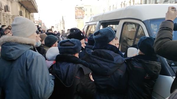 Задержания на несанкционированной акции сторонников Навального во Владивостоке