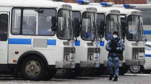 Автобусы с сотрудниками полиции перед началом несанкционированной акции сторонников Алексея Навального
