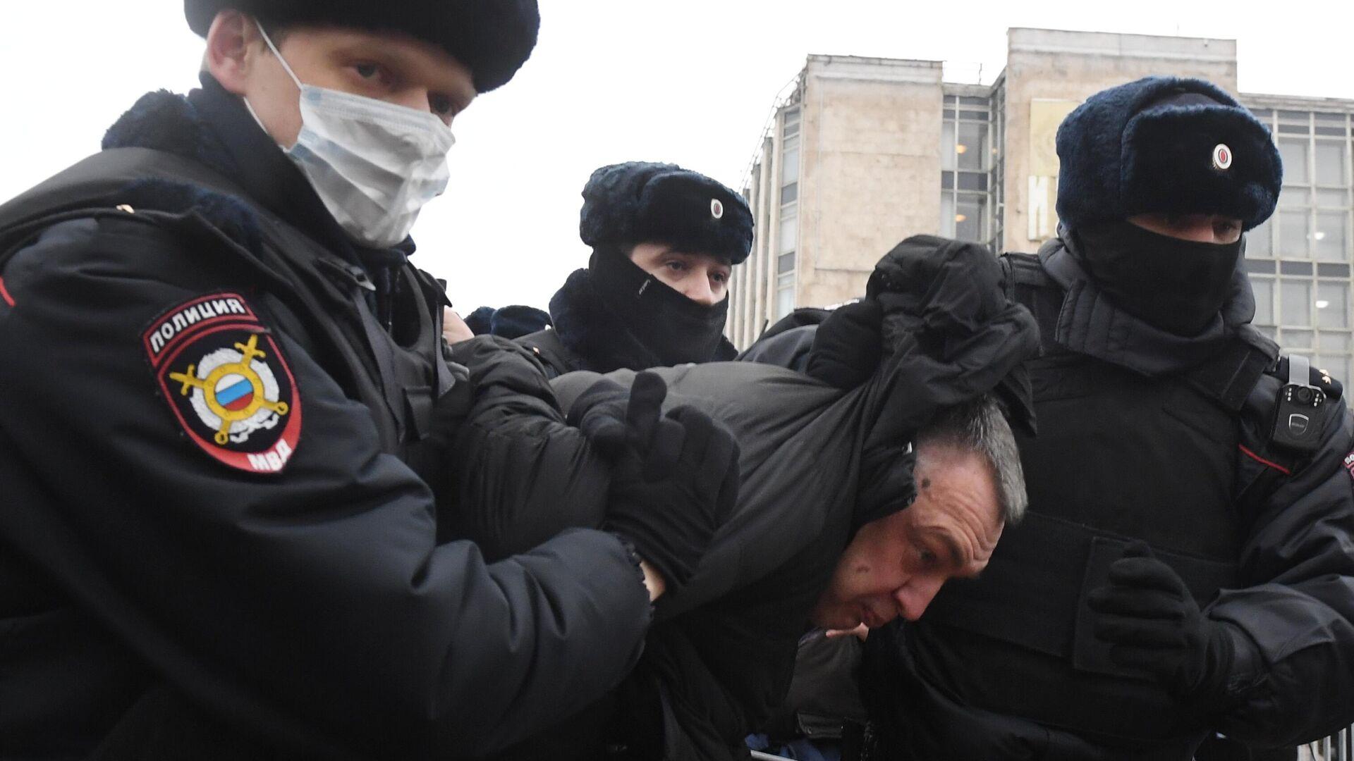 Сотрудники правоохранительных органов задерживают участника несанкционированной акции сторонников Алексея Навального в Москве - РИА Новости, 1920, 23.01.2021