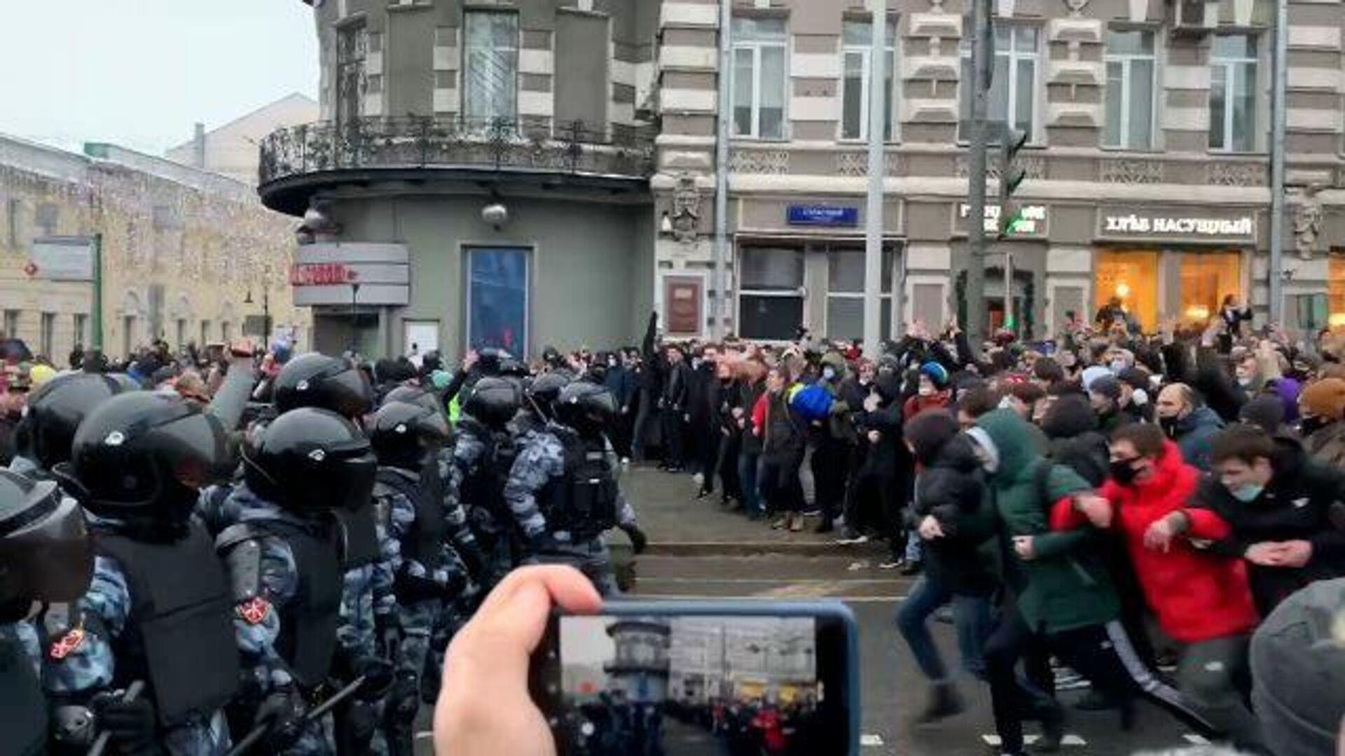 Участники акции стенкой напали на кордон полиции на Пушкинской площади - РИА Новости, 1920, 23.01.2021