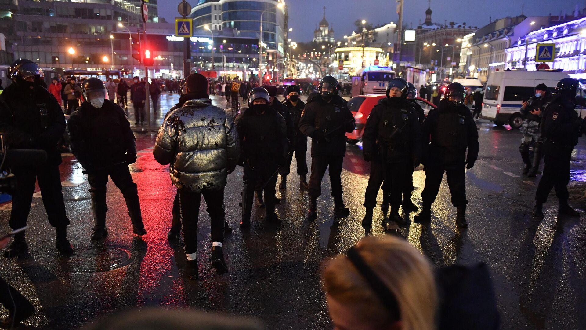 Участники несанкционированной акции сторонников Алексея Навального и сотрудники полиции на Трубной площади в Москве - РИА Новости, 1920, 25.01.2021