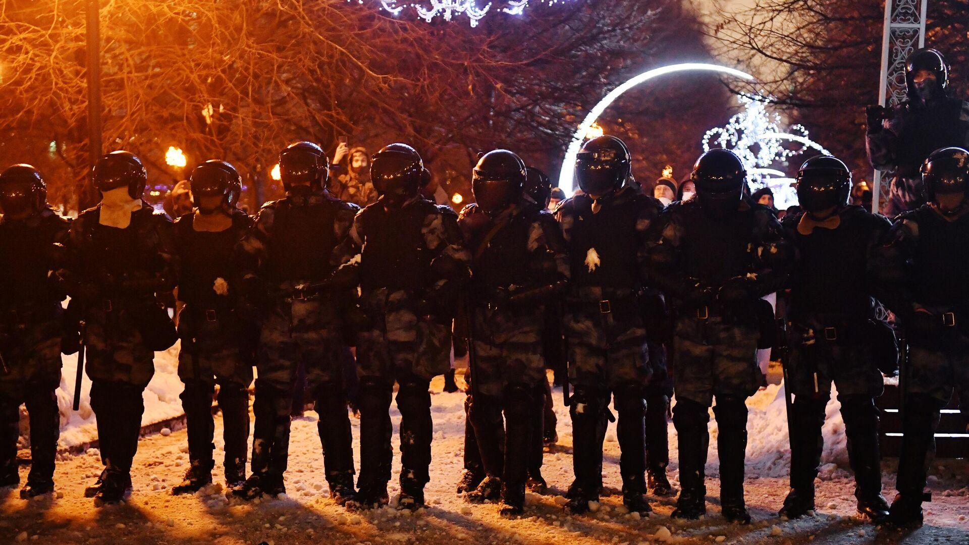 Сотрудники правоохранительных органов стоят в оцеплении на Цветном бульваре в Москве во время несанкционированной акции сторонников Алексея Навального - РИА Новости, 1920, 24.01.2021