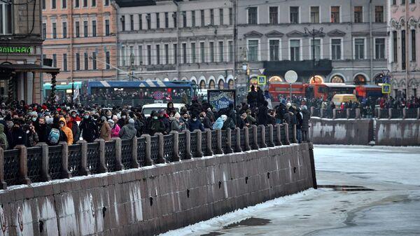 Участники несанкционированной акции сторонников Алексея Навального на набережной реки Мойка в Санкт-Петербурге