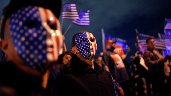 Люди с флагами США
