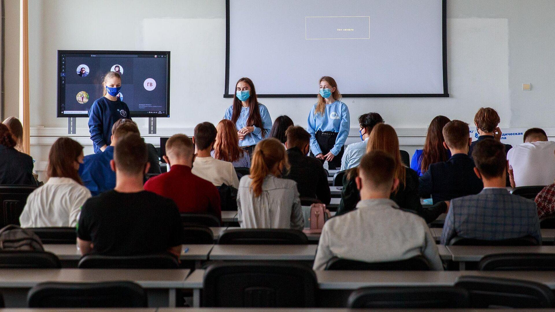Студенты в аудитории Дальневосточного федерального университета во Владивостоке - РИА Новости, 1920, 01.04.2021