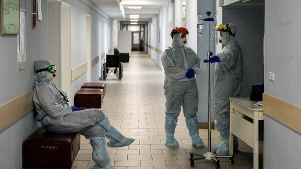 Медицинские сотрудники в коридоре больницы для больных коронавирусом в родильном доме №2