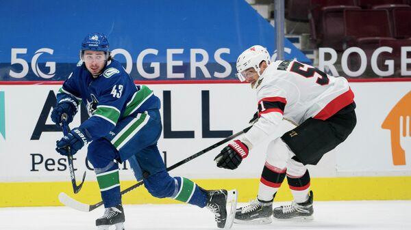 Хоккеисты Артем Анисимов (справа) и Куинн Хьюз в матче НХЛ