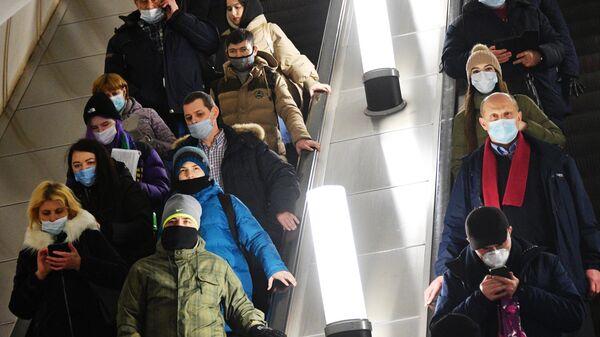 Пассажиры на эскалаторе станции метро Парк Культуры московского метрополитена