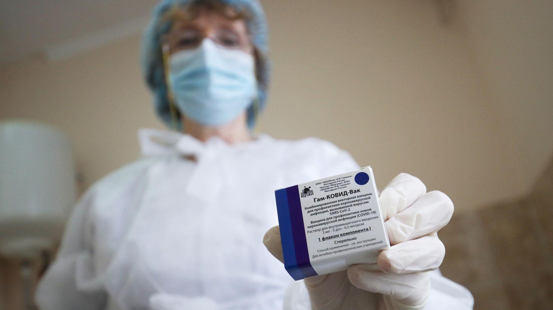 Медицинский сотрудник держит в руке вакцину от COVID-19 Спутник-V  - РИА Новости, 1920, 15.06.2021