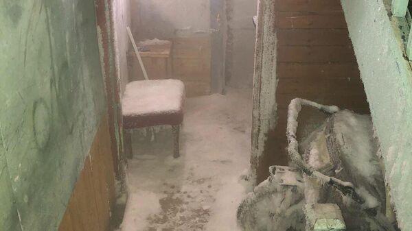 Покрывшийся льдом подъезд дома в Салехарде по адресу ул. Маяковского, 58