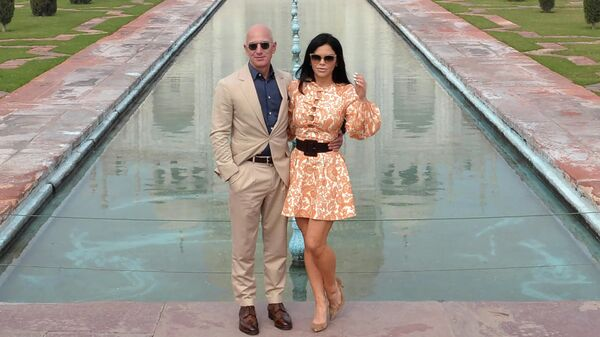 Глава Amazon Джефф Безос и его девушка Лорен Санчес во время визита в Тадж-Махал