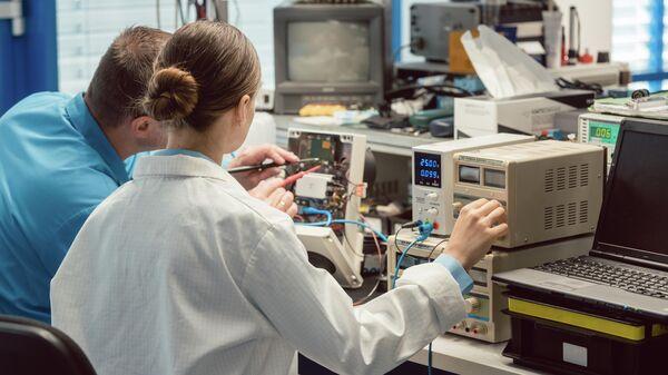 Инженеры в лаборатории