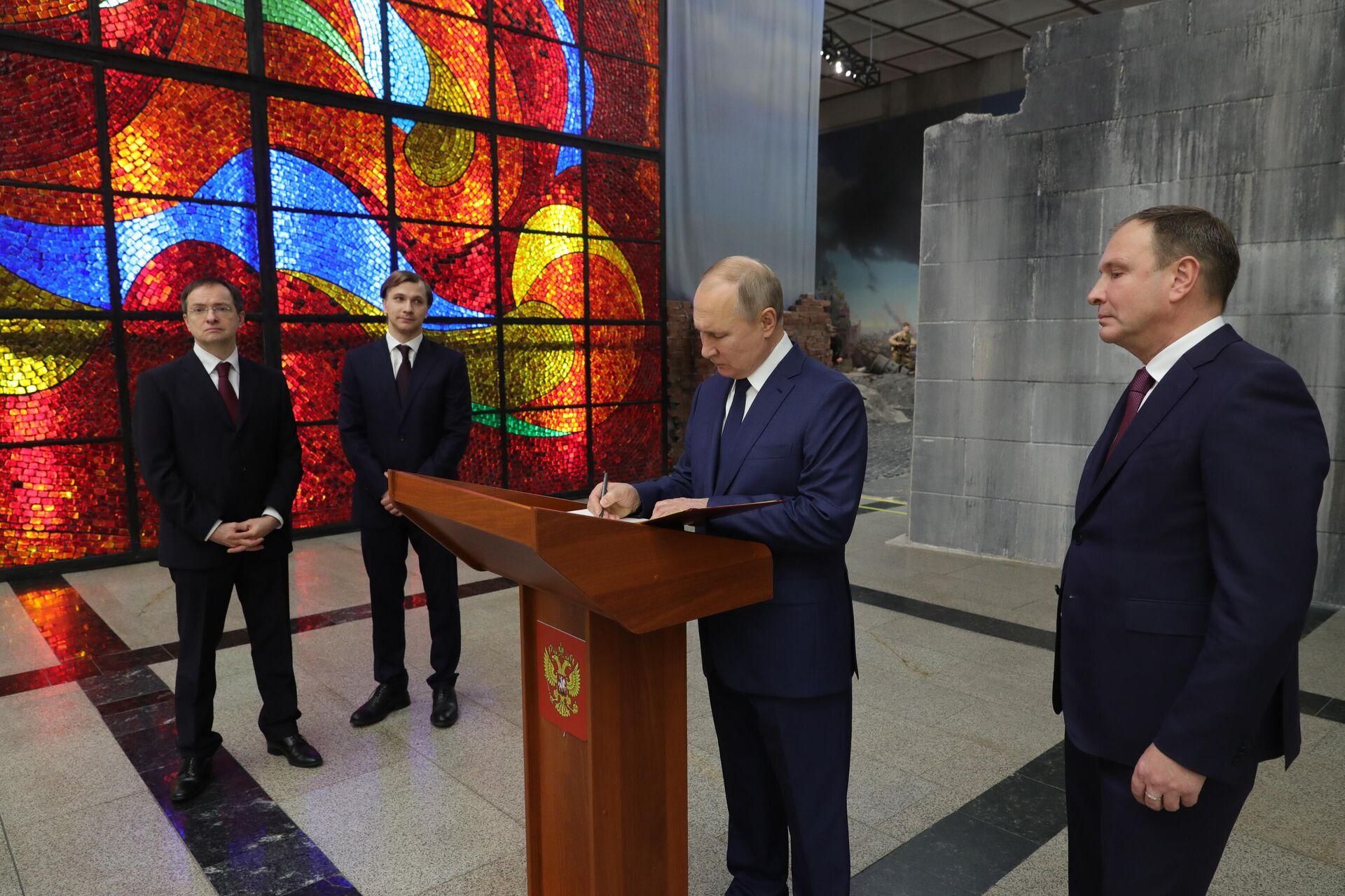 Президент РФ В. Путин посетил Музей Победы на Поклонной горе - РИА Новости, 1920, 27.01.2021