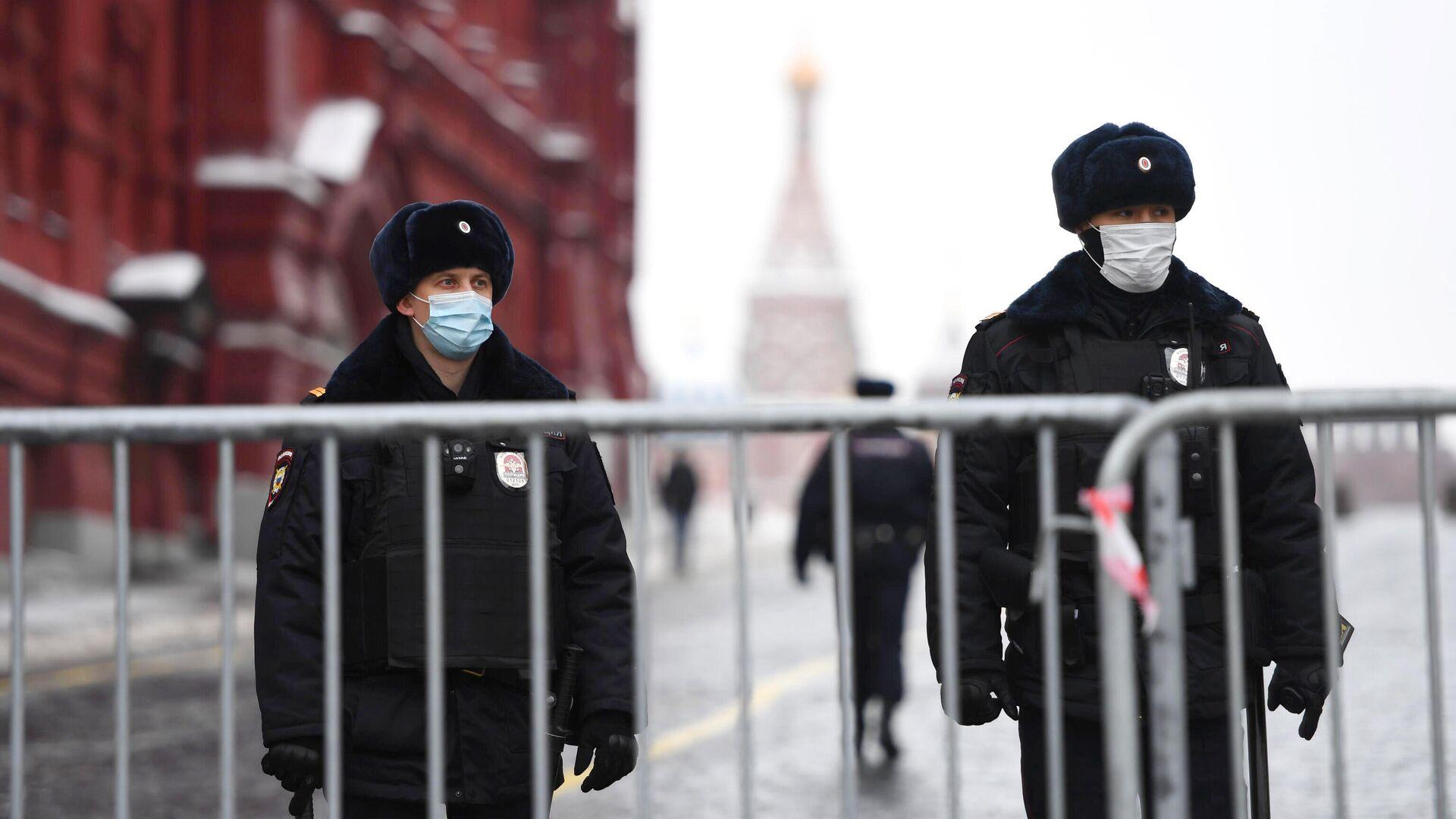 Сотрудники полиции поставили ограждения у Красной площади в Москве перед началом несанкционированной акции сторонников Алексея Навального - РИА Новости, 1920, 29.01.2021