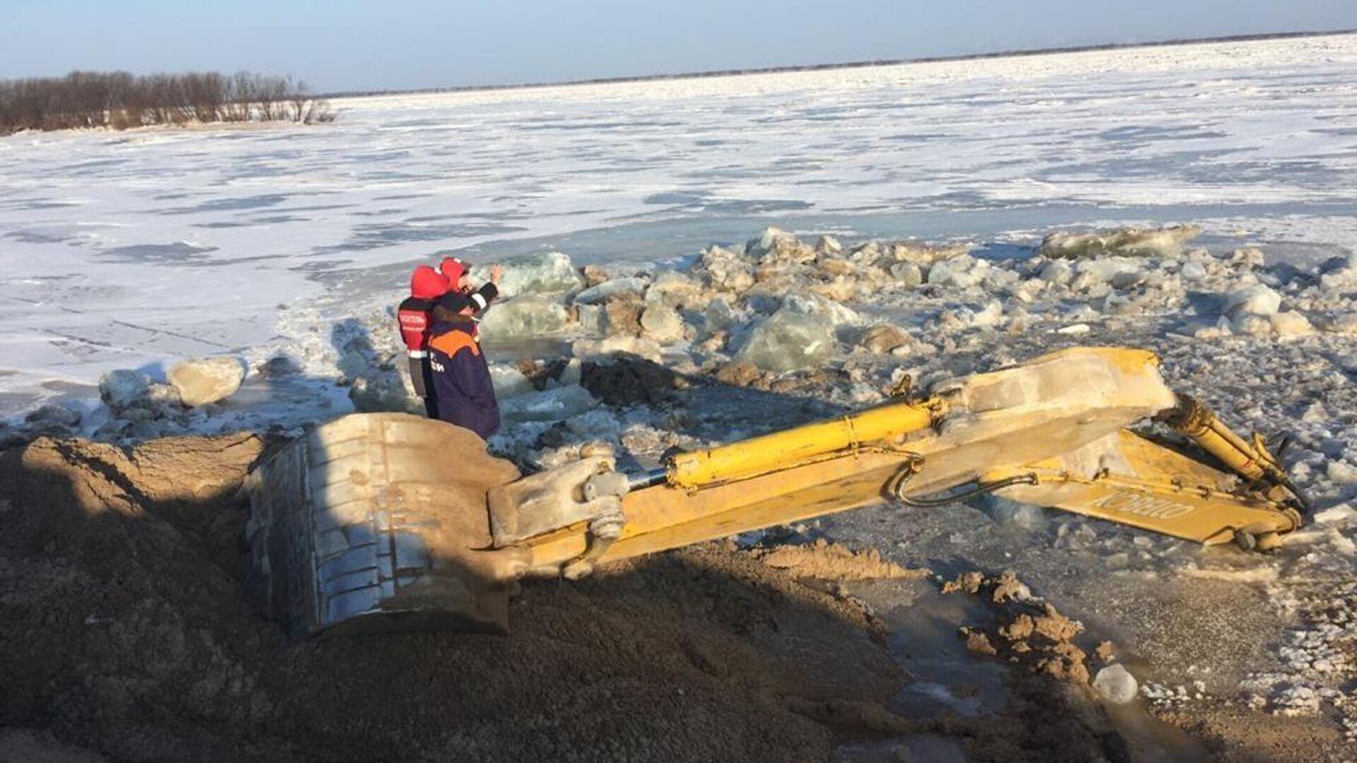 Экскаватор ушел под лед в районе села Мичуринское в Хабаровском крае - РИА Новости, 1920, 28.01.2021