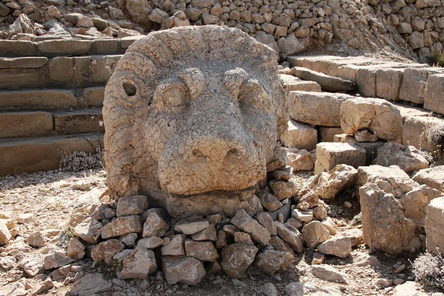 Статуя льва на горе Немрут-Даг в Турции