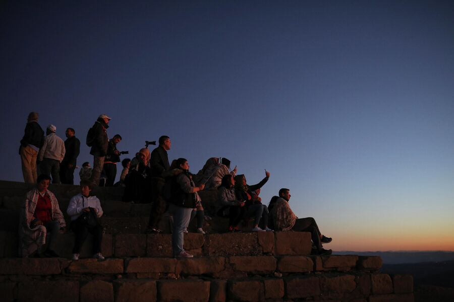 Туристы встречают рассвет на горе Немрут-Даг в Турции
