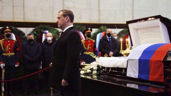 Заместитель председателя Совета безопасности РФ Дмитрий Медведев на церемонии прощания с бывшим вице-премьером РФ Сергеем Приходько