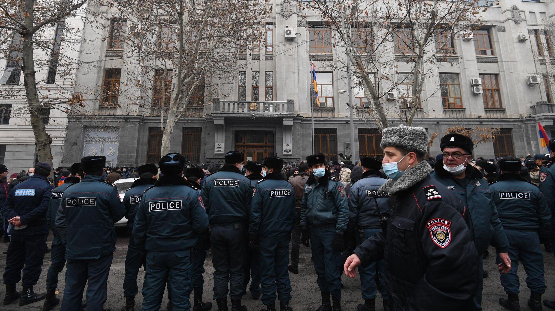 Полицейские и участники акции протеста с требованием отставки премьер-министра Армении Никола Пашиняна возле здания генеральной прокуратуры в Ереване - РИА Новости, 1920, 25.02.2021
