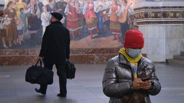 Пассажиры на платформе станции метро Киевская московского метрополитена