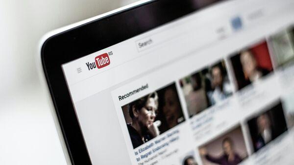 Видеохостинг Youtube на экране ноутбука