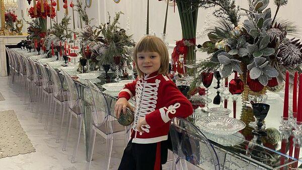Сын экс-фигуриста и тренера Евгения Плющенко Александр, известный как Гном Гномыч