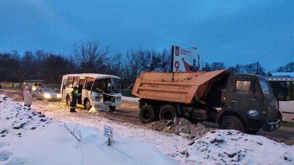 ДТП  в городе Октябрьский с участием автобуса марки ПАЗ с КамАЗом