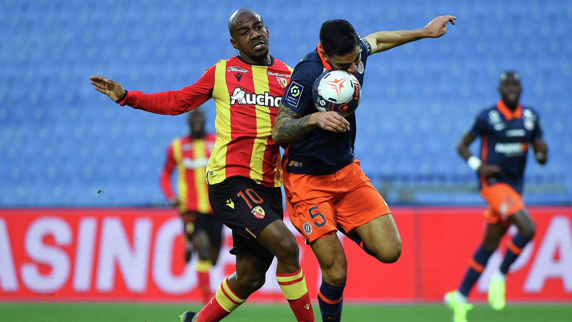 Montpellier's Portuguese defender Pedro Mendes (R) fights for the ball with Lens' Congolese midfielder Gael Kakuta (L)  during the French L1 football match between Montpellier and Lens at the Mosson stadium in Montpellier, Southern France on January 30, 2021. (Photo by Sylvain THOMAS / AFP) - РИА Новости, 1920, 30.01.2021