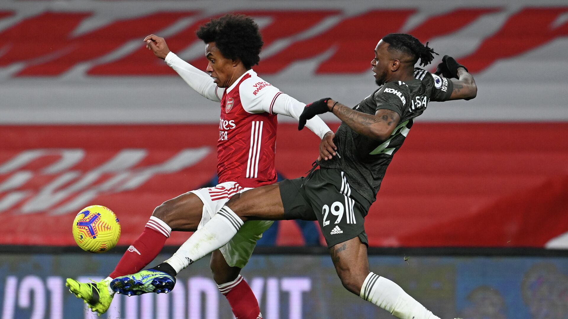 Arsenal's Brazilian midfielder Willian (L) vies with Manchester United's English defender Aaron Wan-Bissaka (R) during the English Premier League football match between Arsenal and Manchester United at the Emirates Stadium in London on January 30, 2021. (Photo by Andy Rain / POOL / AFP) / RESTRICTED TO EDITORIAL USE. No use with unauthorized audio, video, data, fixture lists, club/league logos or 'live' services. Online in-match use limited to 120 images. An additional 40 images may be used in extra time. No video emulation. Social media in-match use limited to 120 images. An additional 40 images may be used in extra time. No use in betting publications, games or single club/league/player publications. /  - РИА Новости, 1920, 30.01.2021