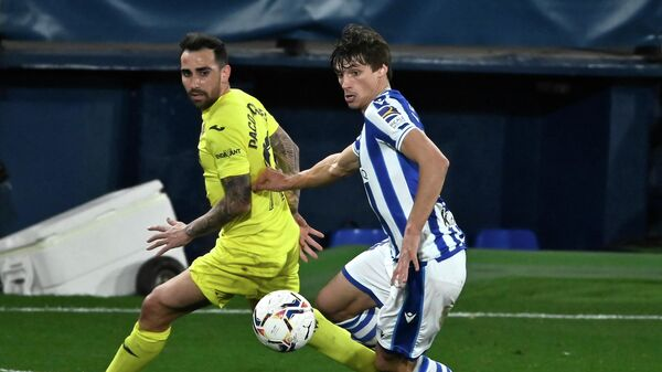 Villarreal's Spanish forward Paco Alcacer (L) vies with Real Sociedad's French defender Robin Le Normand during the Spanish league football match Villarreal CF against Real Sociedad at La Ceramica stadium in Vila-real on January 30, 2021. (Photo by JOSE JORDAN / AFP)