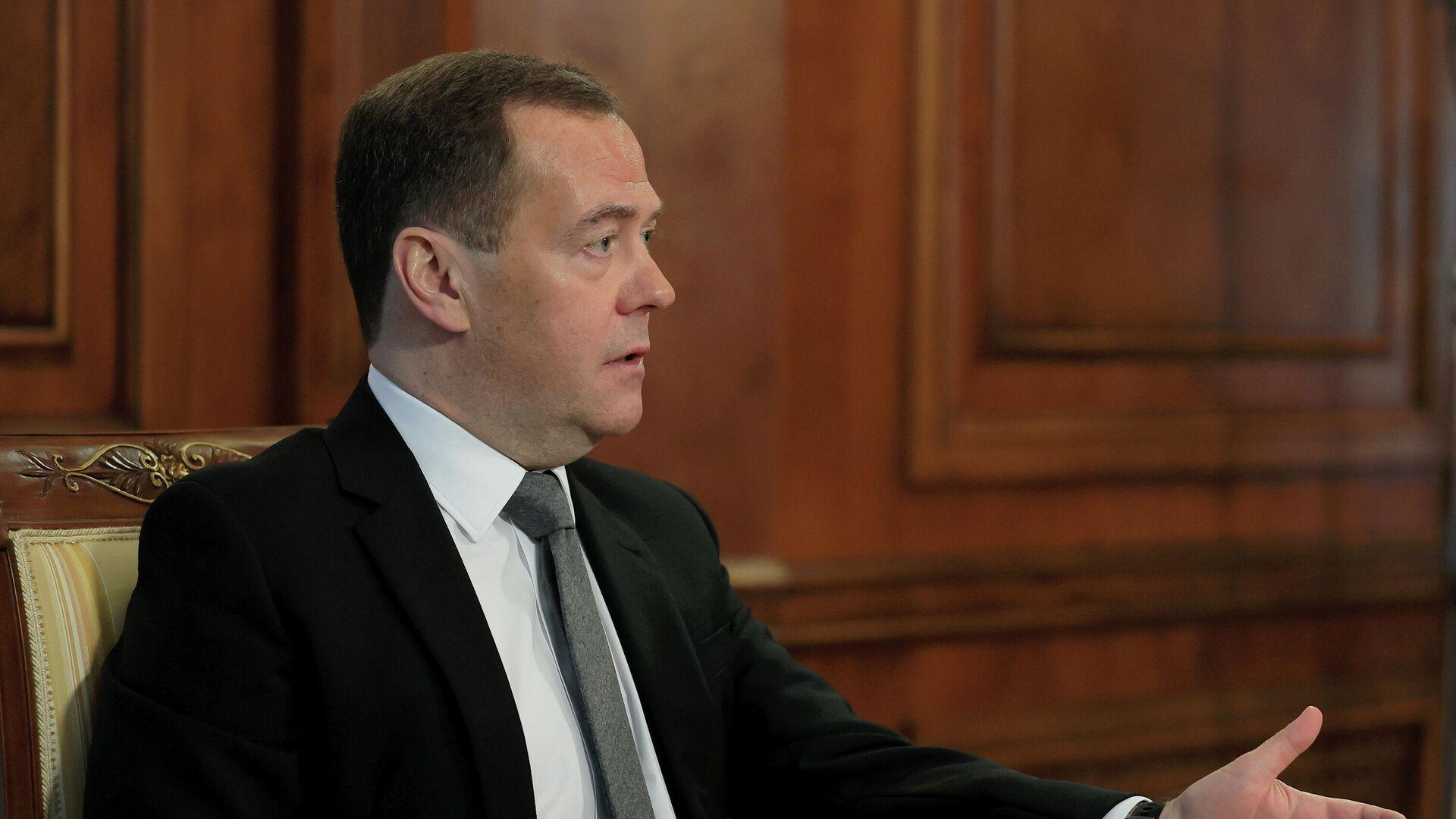 Председатель партии Единая Россия Дмитрий Медведев во время интервью представителям СМИ - РИА Новости, 1920, 01.02.2021