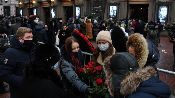 Люди во время церемонии прощания с народным артистом СССР Василием Лановым у театра имени Евгения Вахтангова в Москве