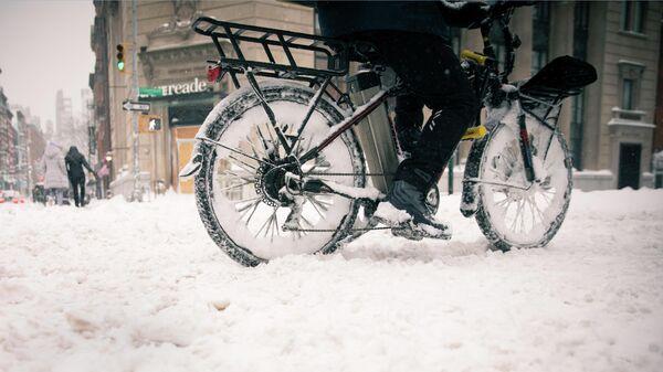 Курьер службы доставки во время снегопада в Нью-Йорке