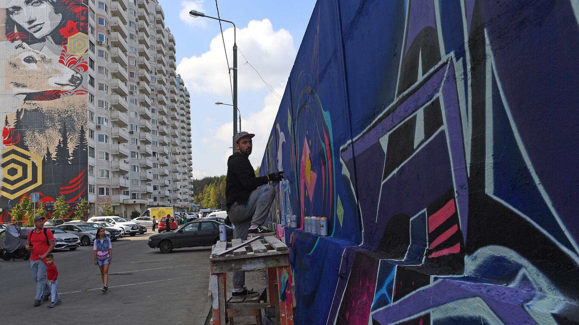 Уличный художник рисует граффити - РИА Новости, 1920, 23.06.2021