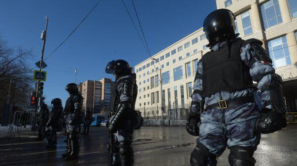 Сотрудники Росгвардии у здания Московского городского суда